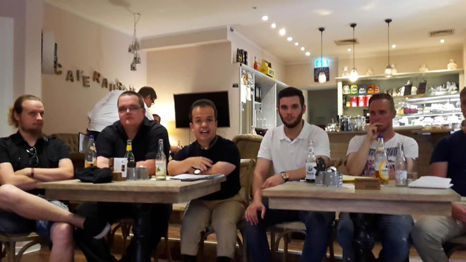 Niklas Droste (Mitte) diskutiert mit Jugendlichen über die Vechtaer Stadtpolitik. Rechts daneben: JU-Ratsherr Alexander Siefert.