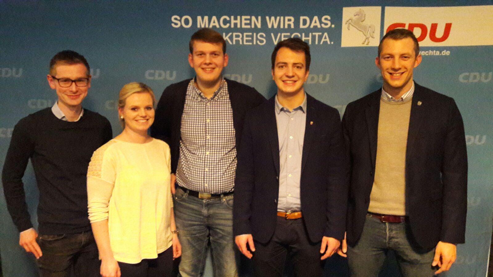 JU-Kreisvorsitzender Matthias Möller (links) freut sich mit (v.l.n.r.) Swantje Weuffen (Beisitzerin), Philipp Albrecht (stellv. CDU-Kreisvorsitzender), Fabio Maier und André Hüttemeyer (beide Beisitzer).